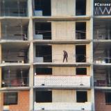 Салават Купере: Рабочий на одном из этажей Дома 11-4 (фото 05.07.2015)