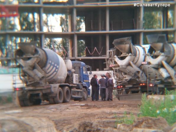 Салават Купере: Водители миксеров у Дома 11-2 (фото 05.07.2015)
