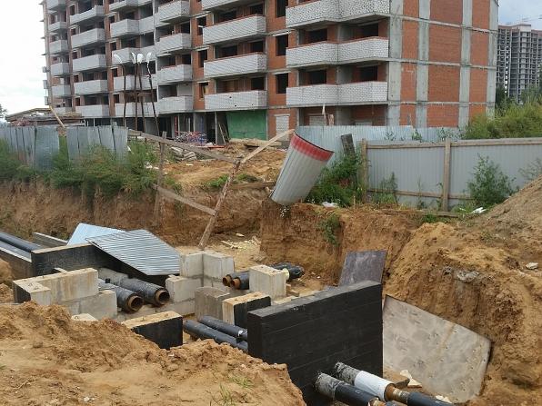 Салават Купере: Трубопровод у дома 11-4 (фото 16 августа 2015)